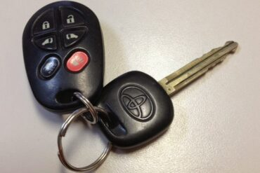 How to Program the Door Lock Transmitter on a 2003 Toyota Sienna