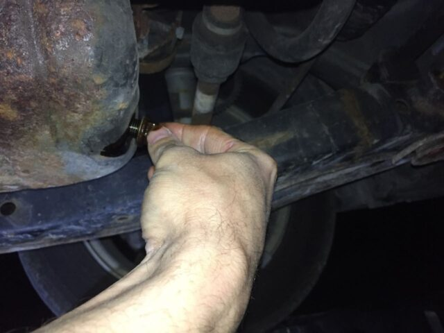 Start the oil plug by hand